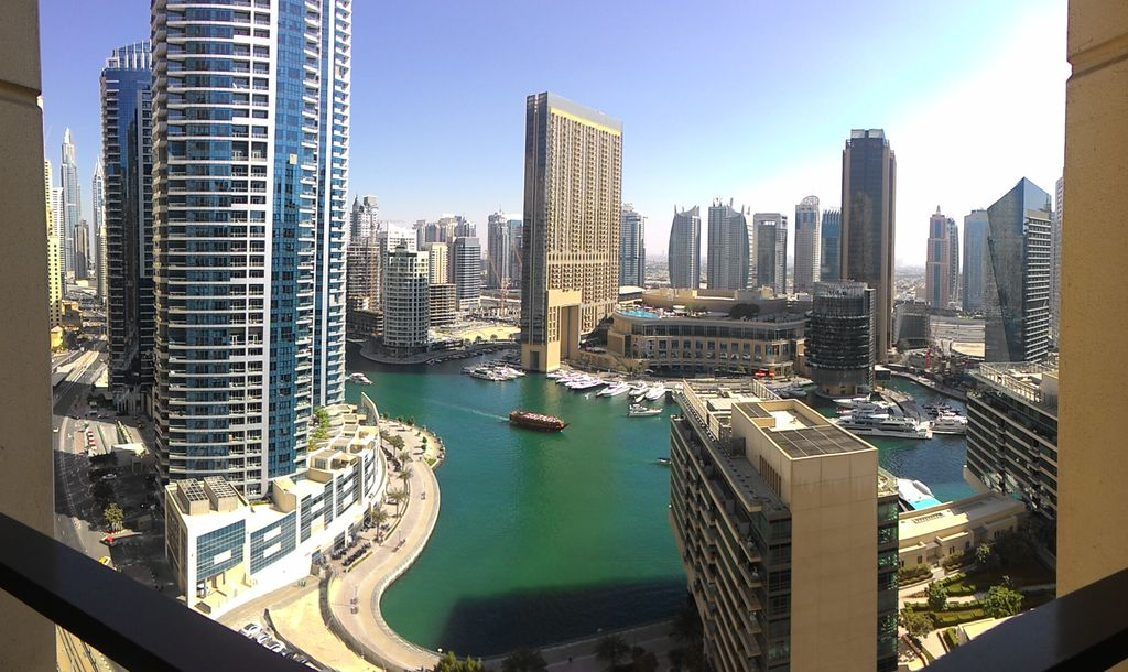 How to get free hotel nights – choose a reward program : View on Dubai marina during a night awarded with hotel points