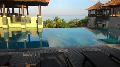 Mercure Kuta Beach - Sea and beach view from the rooftop pool
