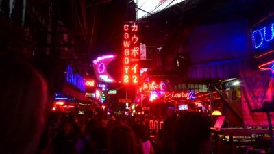 Soi Cowboy entertainment street - Street View noću