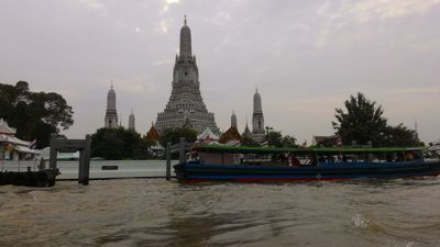 Wat Arun Ratchawararam Ratchawaramahawihan buddhist temple - Getting to the temple by boat